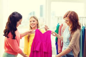 Kvinder prøver kjole